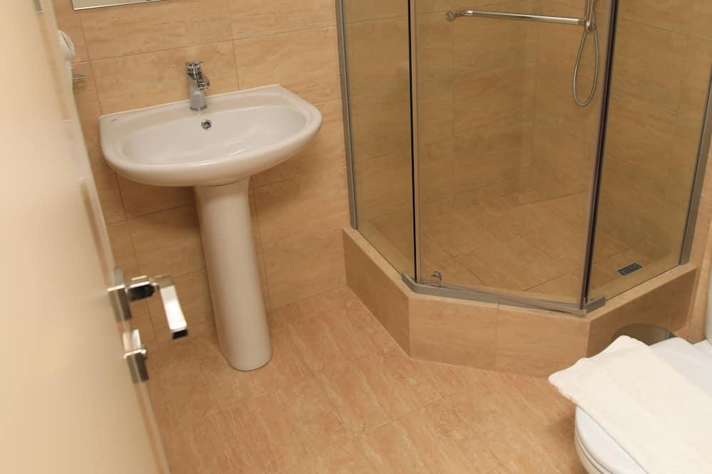 Chambre Familiale, 1 lit double et 1 canapé-lit, four à micro-ondes - Salle de bain