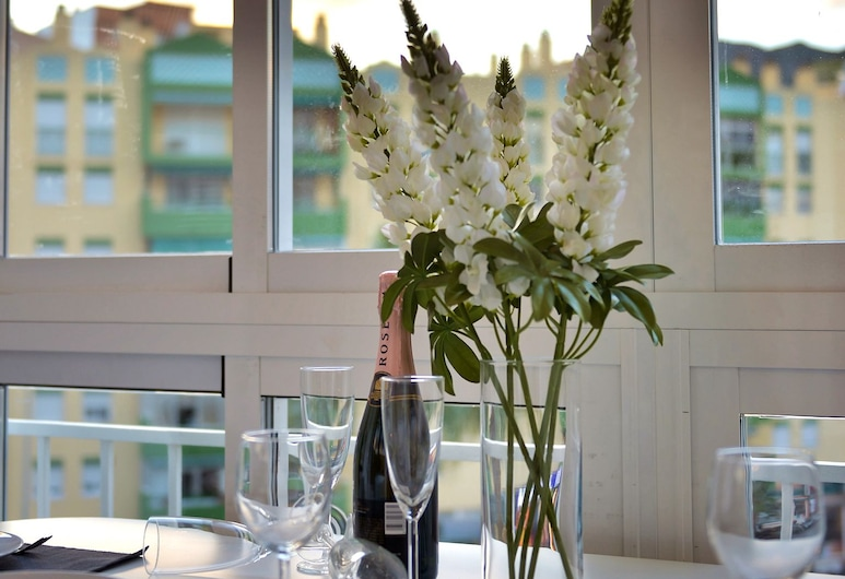 Lux Apartment, Torremolinos, Lägenhet Deluxe - 1 dubbelsäng med bäddsoffa - utsikt mot staden, Matservice på rummet
