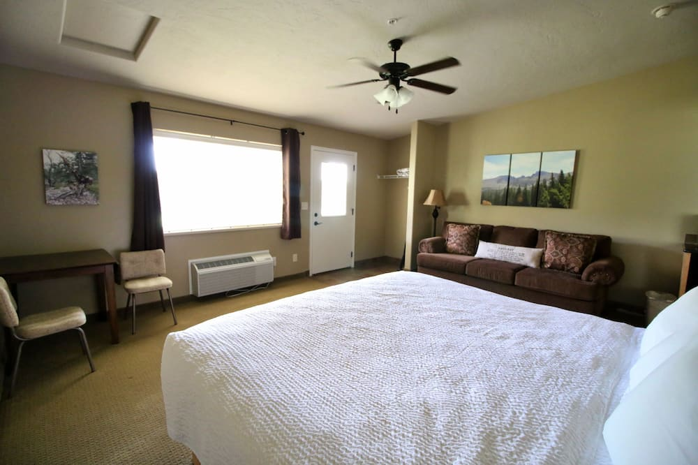 Standard Room, 1 King Bed, Non Smoking - In-Room Dining