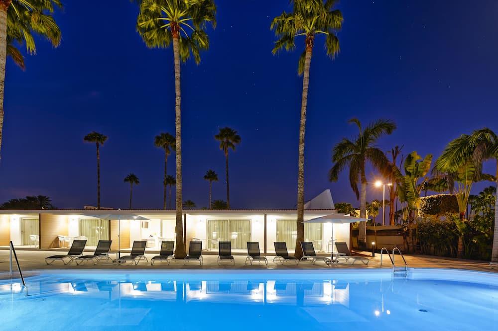 Deluxe tweepersoonskamer, 1 slaapkamer, niet-roken, uitzicht op zwembad - Woonruimte