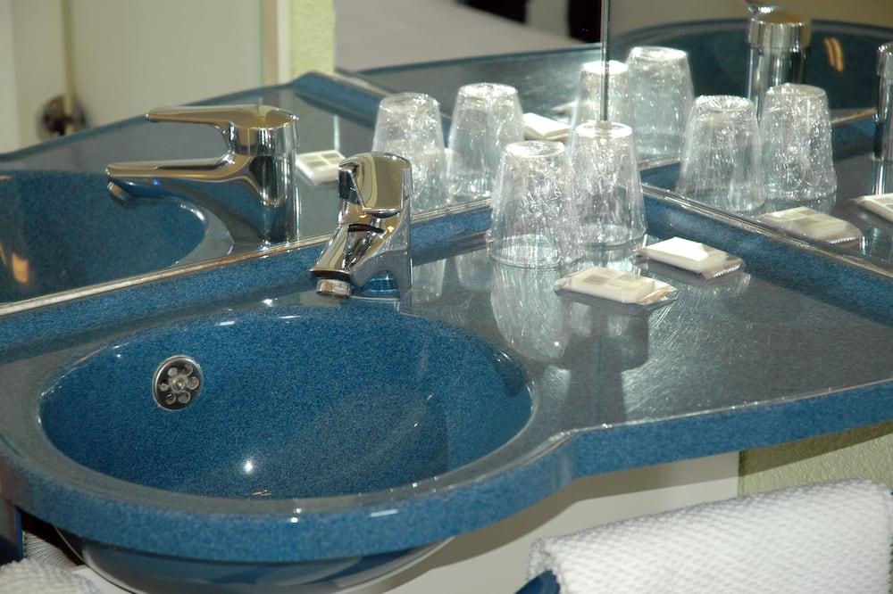 Chambre Triple, plusieurs lits - Salle de bain