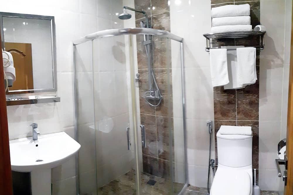 Standartinio tipo trivietis kambarys, 3 viengulės lovos - Vonios kambarys