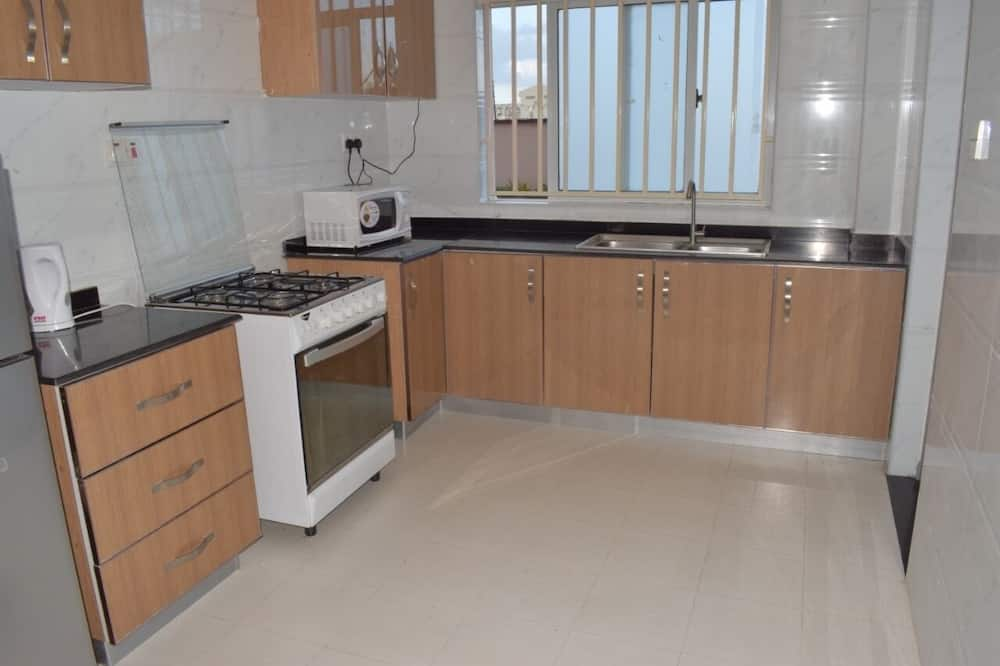 Economy Apartment, 1 Queen Bed, Shared Bathroom - Shared kitchen