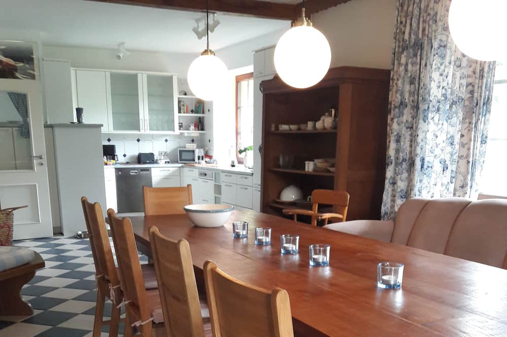Comfort-Apartment, barrierefrei, Gartenblick - Essbereich im Zimmer