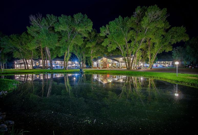 The Gunnison Inn at Dos Rios Golf Course, Gunnison, Hotelfassade am Abend/bei Nacht