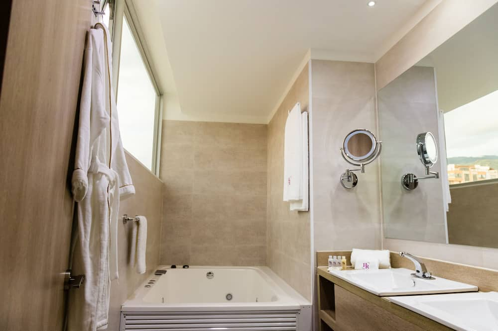 Deluxe Suite, 1 King Bed, Jetted Tub, City View (Non Smoking) - Bathroom