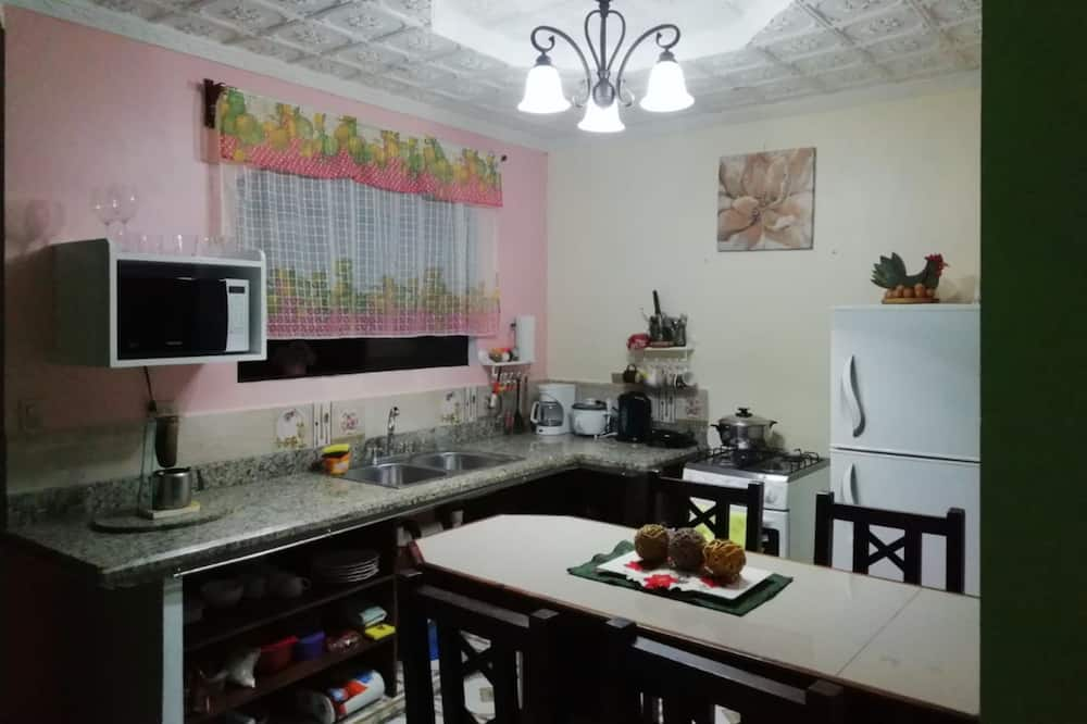 Room, 1 Queen Bed, Non Smoking - Shared kitchen