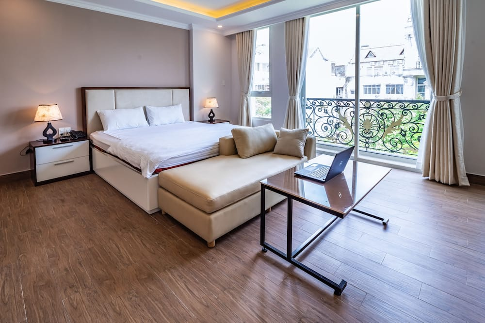 Presidential Room, 1 King Bed, Non Smoking, City View - Living Room
