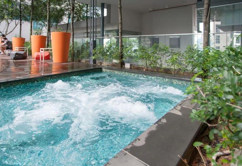 S4 Designer Suites - KLCC - KL Tower - Netflix - WIFI , Kuala Lumpur, Outdoor Spa Tub