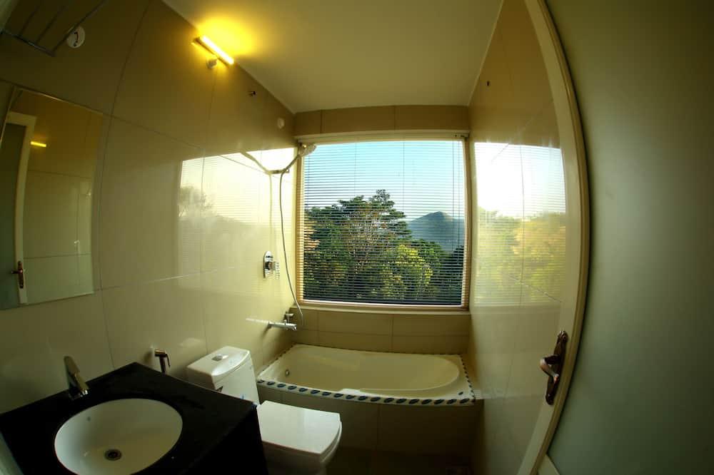 Superior-Zimmer, Hügelblick - Badezimmer