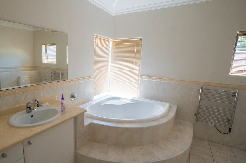 Presidential Suite, 1 King Bed, Non Smoking, Pool View - Bathroom