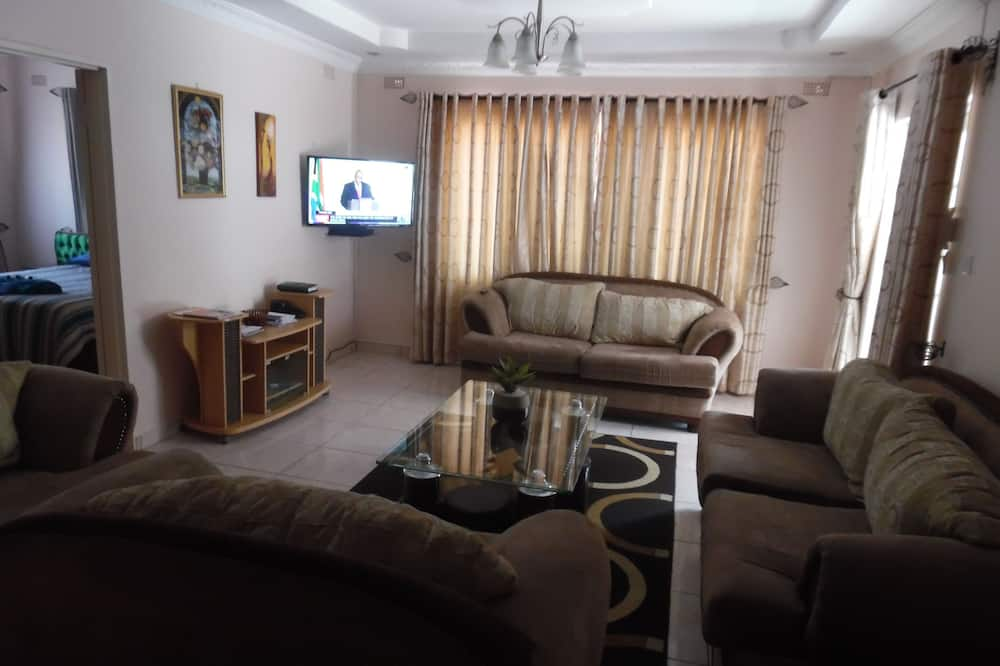Family Cottage, Multiple Beds, Accessible, Courtyard View - Living Room