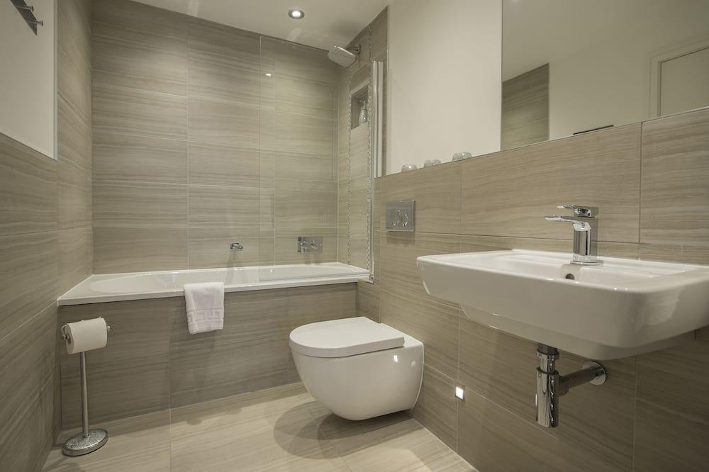 شقة فاخرة - بحمام داخل الغرفة - بمنظر للنهر - حمّام