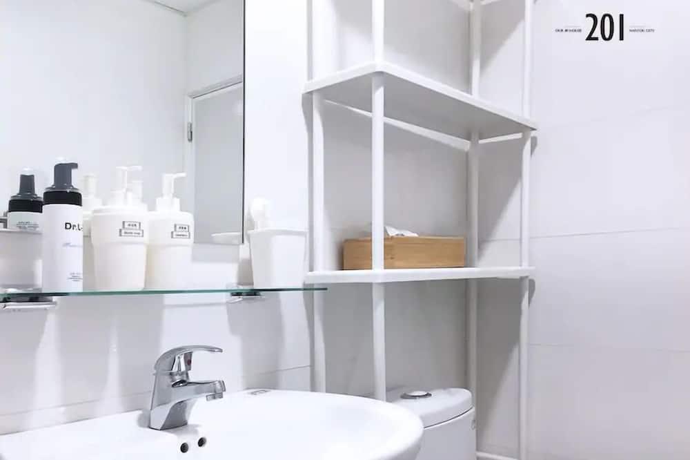 Deluxe Quadruple Room, 2 Double Beds (201) - Bathroom