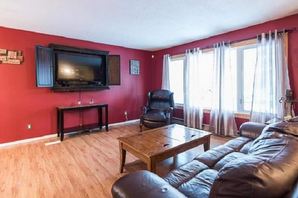Elk Room, Shared Bathroom - Living Room