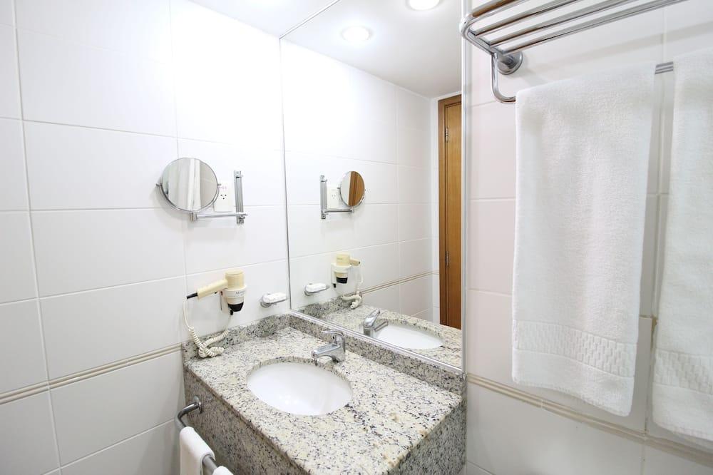 Comfort-Zweibettzimmer, 2Einzelbetten, Nichtraucher, Poolblick - Badezimmer