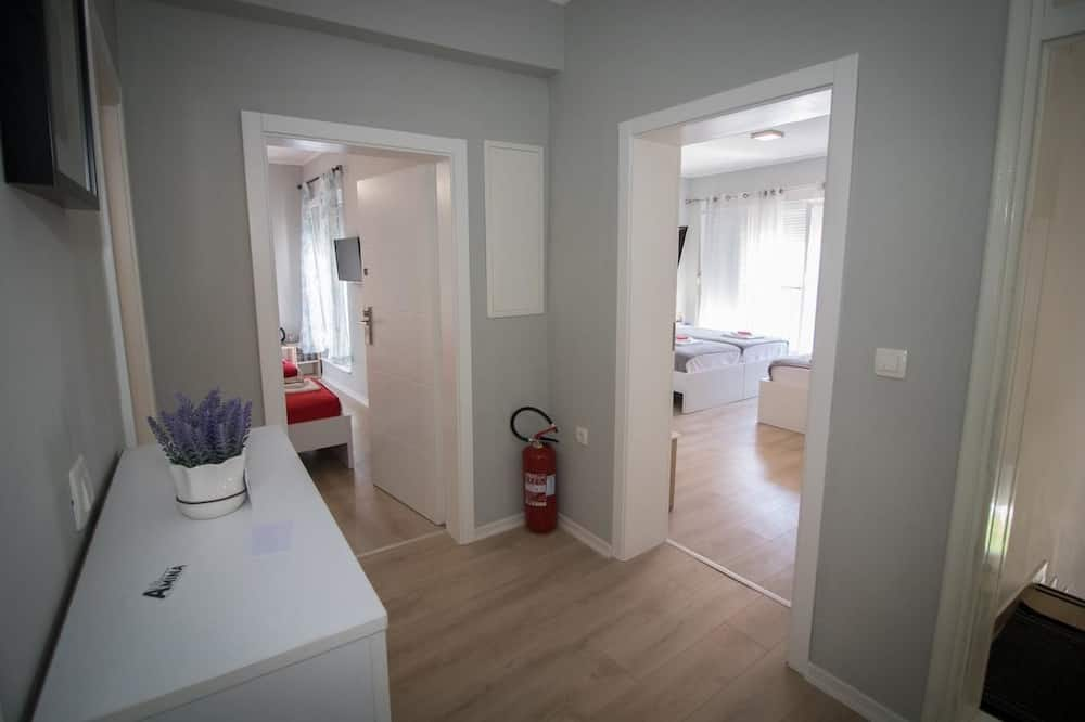 Trivietis kambarys (Private External Bathroom) - Svetainės zona