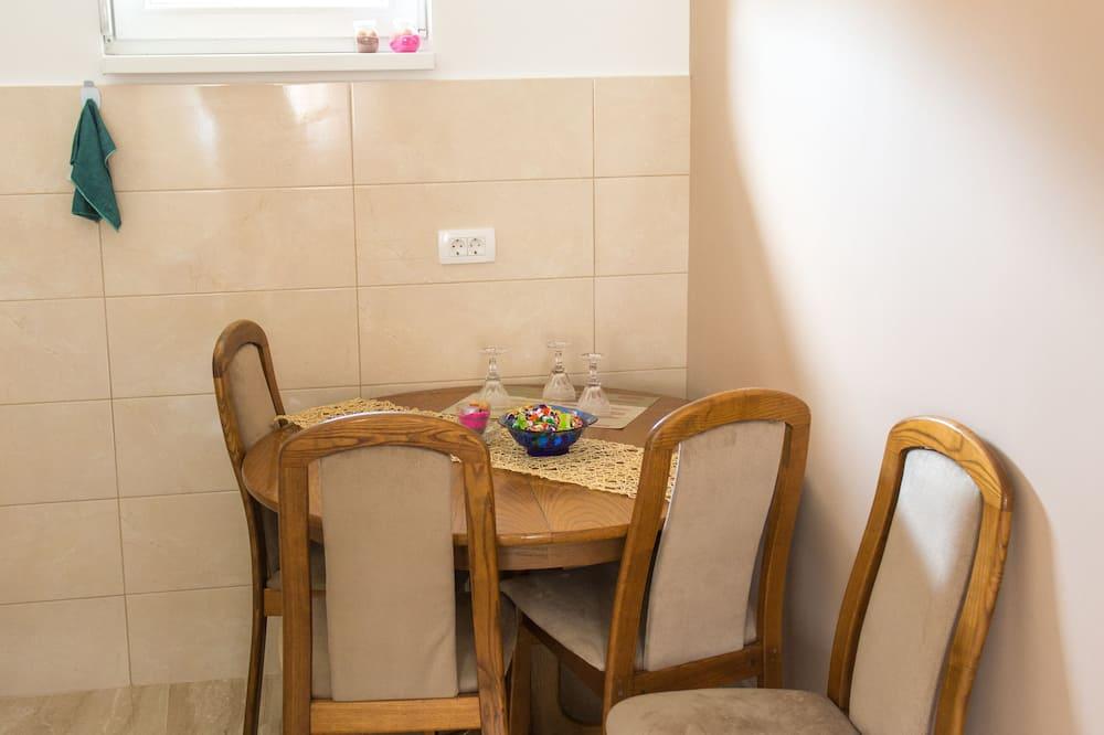 Apartamentai šeimai - Vakarienės kambaryje