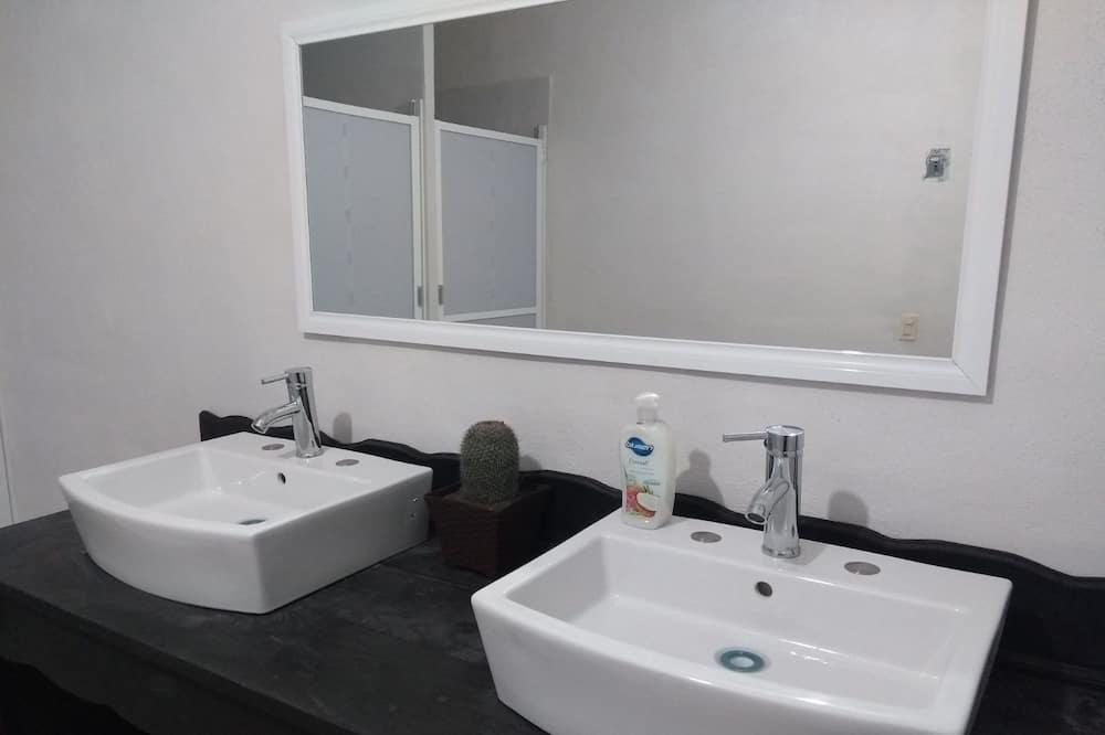 Dvivietis kambarys šeimai, 2 didelės dvigulės lovos, su patogumais neįgaliesiems, Nerūkantiesiems - Vonios kambarys