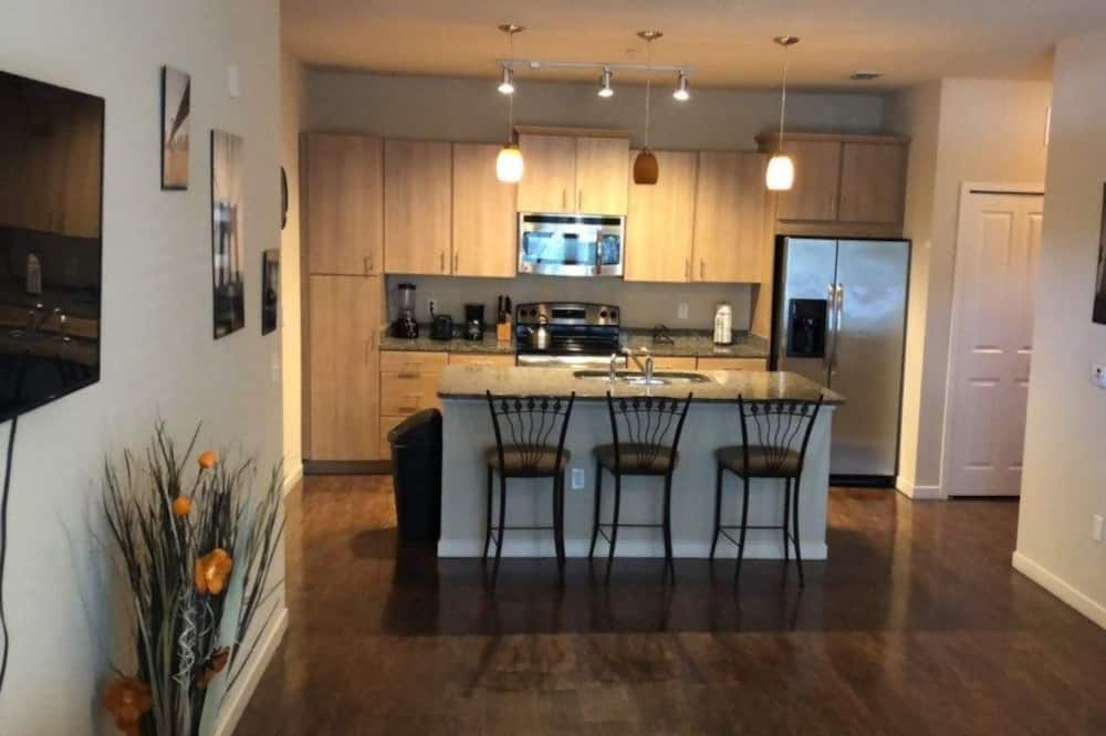 Family Condo, 2 Bedrooms, Pool Access (Close to the Convention Center) - In-Room Dining