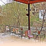 Medusmēneša luksusa numurs, 1 divguļamā karaļa gulta, burbuļvanna, kalna puse - Skats uz dārzu