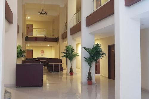 施里卡里斯瓦里果園酒店/