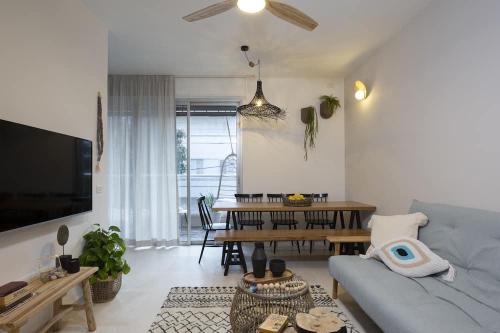 Two Bedroom Apartment with Balcony - ห้องนั่งเล่น