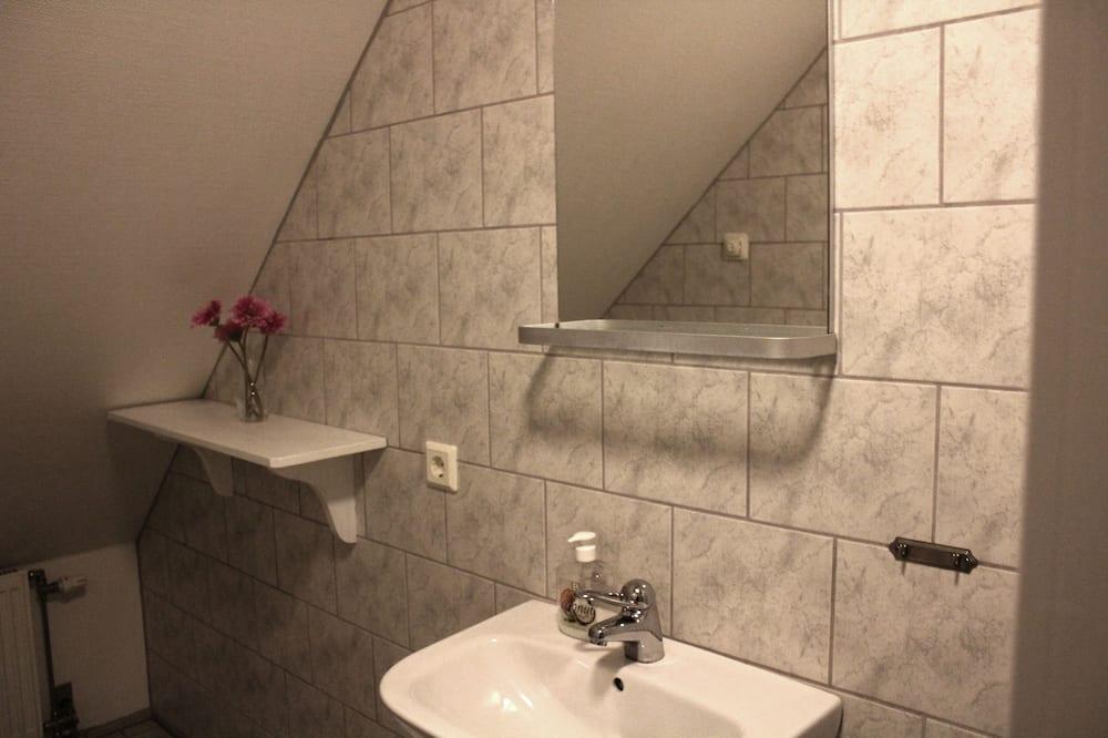 Pokoj se dvěma jednolůžky, společná koupelna - Koupelna