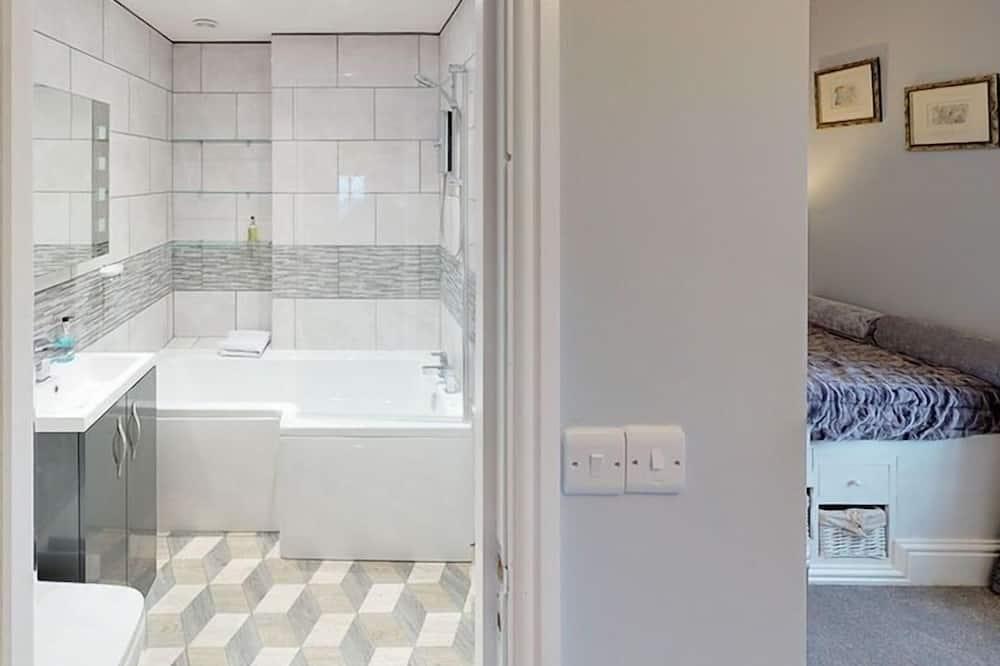Superior kahetuba, omaette tualettruumiga, vaade merele (Admiral Suite) - Vannituba