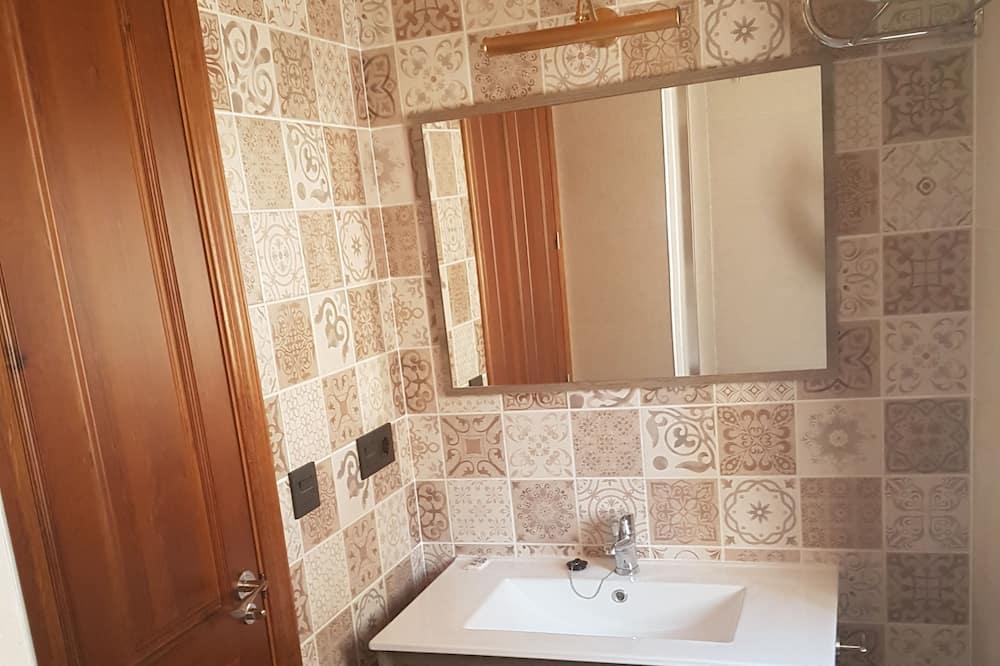 غرفة رباعية - بحوض استحمام بنظام دفع المياه - حمّام