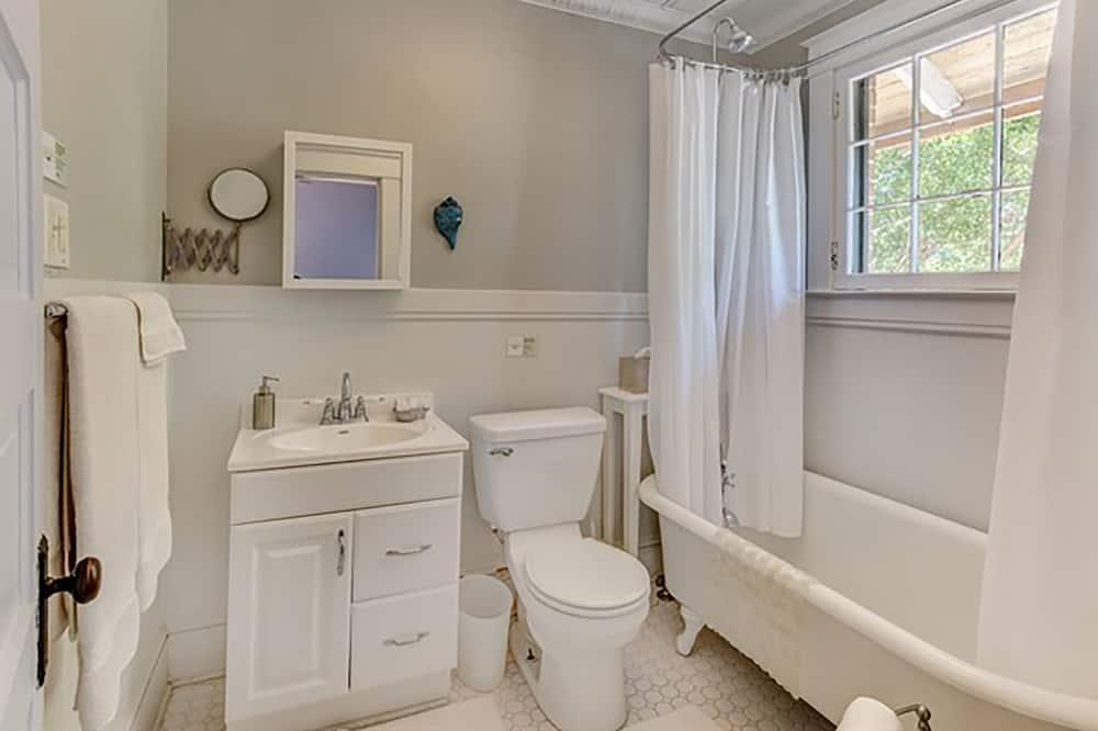 特色客房, 1 張加大雙人床, 非吸煙房, 花園景觀 (The Periwinkle Room) - 浴室