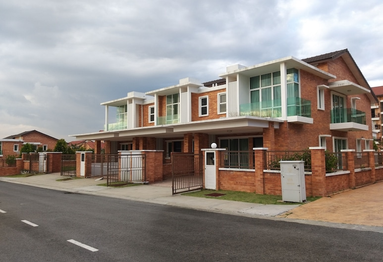 New and Classic Homestay 2 Storey House, Kajang