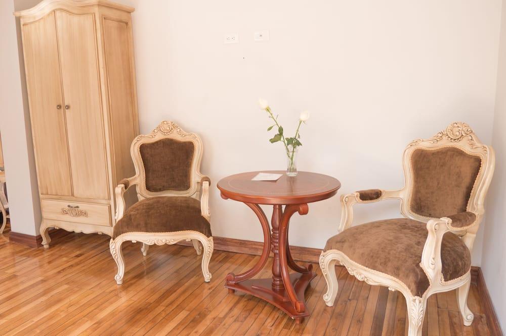 Kambarys (1 dvigulė / 2 viengulės lovos) - Svetainės zona