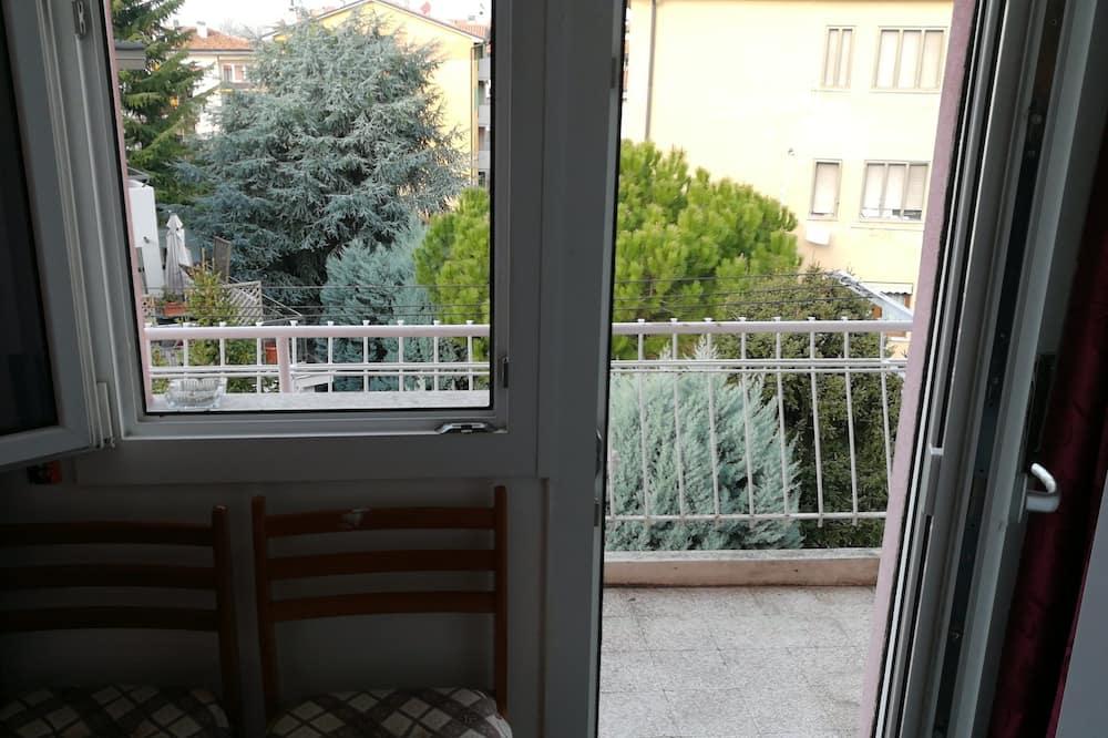 Izba typu Basic s dvojlôžkom alebo oddelenými lôžkami, spoločná kúpeľňa - Balkón