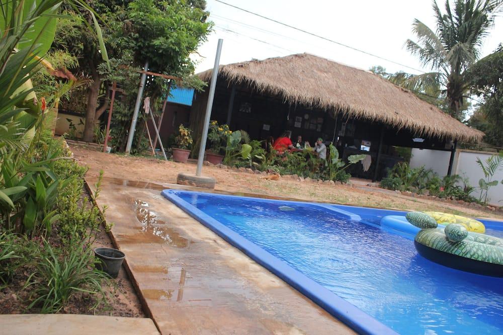 בר לצד הבריכה