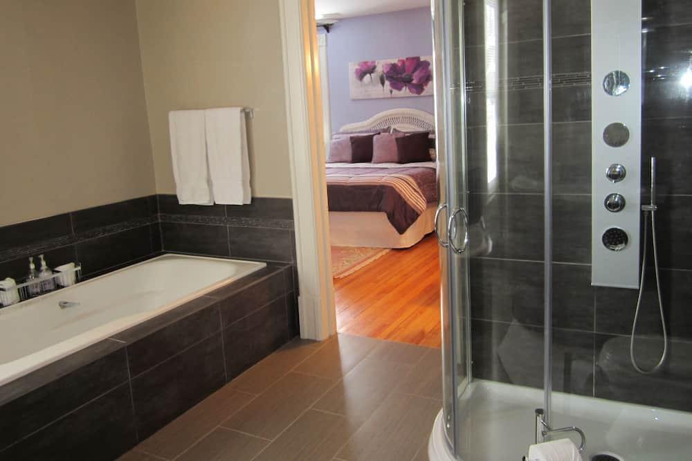Signature Double Room, 1 King Bed, Non Smoking, Garden View (Gatineau) - Bathroom