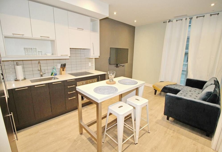 Executive 1 BD in the heart of Entertainment District, Toronto