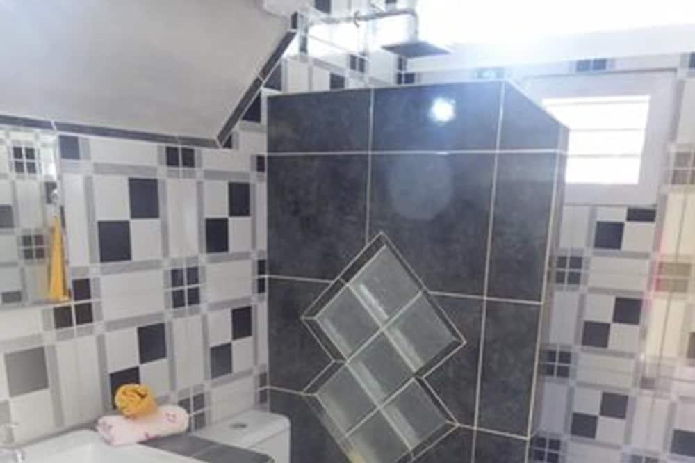 Családi apartman, több ágy, nemdohányzó, kilátással a kertre - Fürdőszoba
