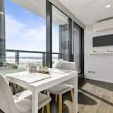 Романтические апартаменты, 1 двуспальная кровать «Квин-сайз», вид на гавань - Обед в номере