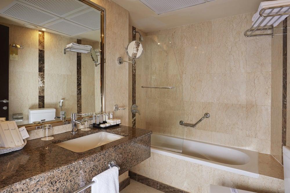 Junior Suite, 1 Double Bed, City View - Bathroom