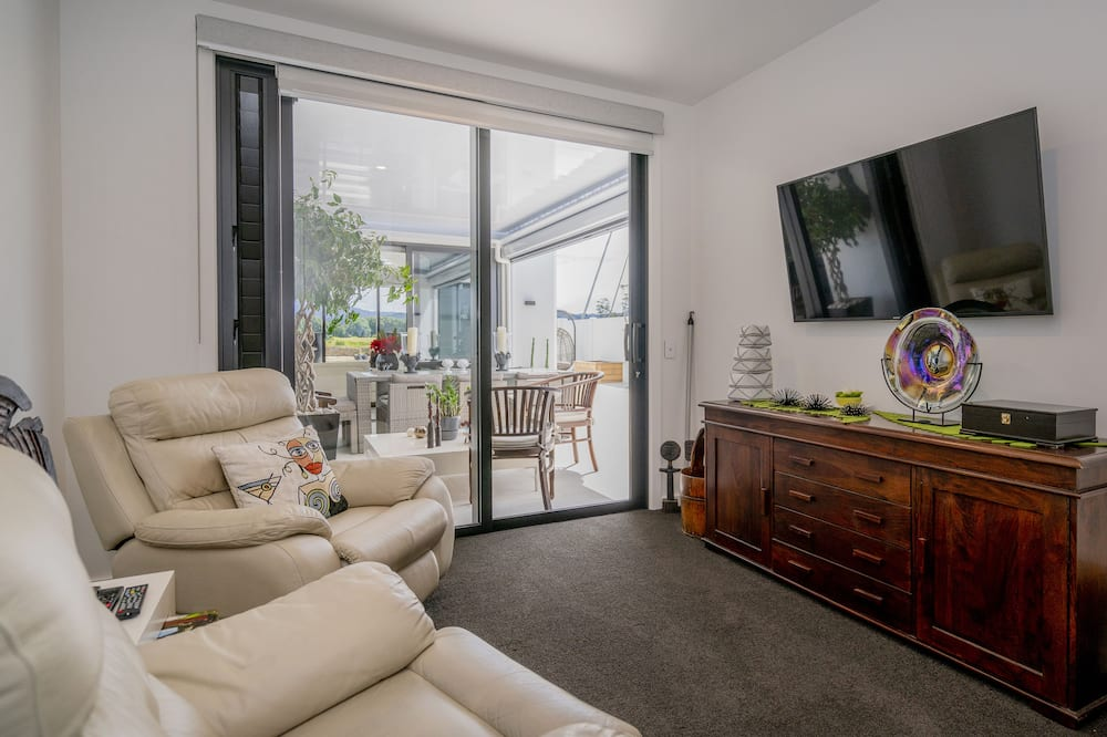 Premium Room, 1 Queen Bed, Non Smoking, Canal View - Living Room