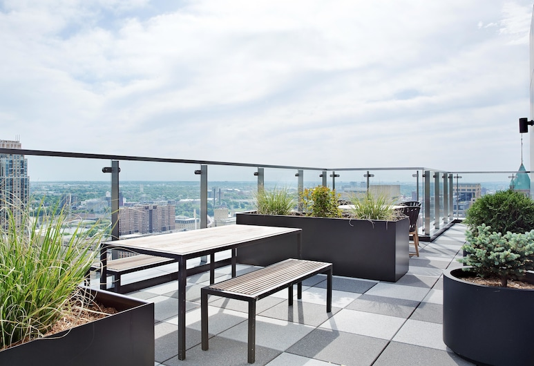 Polished 1BR + Gym in Heart of Downtown by Lyric, Minneapolis, Ban công
