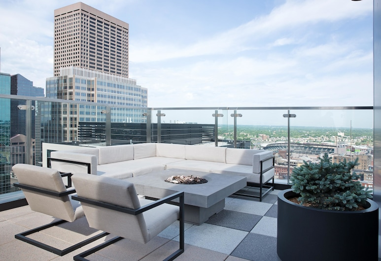 Stylish 1BR Skyline Views Downtown by Lyric, Minneapolis, Balcony