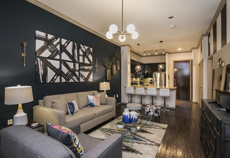 Vivid 1BR Midtown Pool + Gym, Houston, Living Room