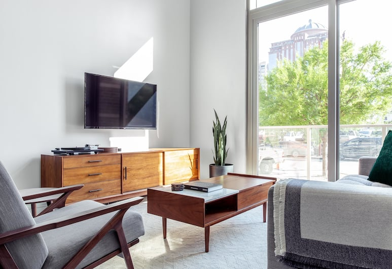 Spacious 1BR in Heart of Downtown by Lyric, Houston, Loftsværelse - 1 soveværelse, Stue
