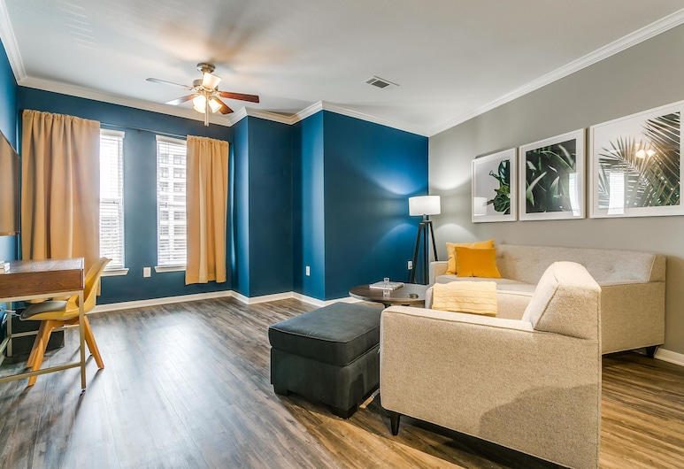 Accessible 1BR w/ Pool in Historic West End, Dallas, Loft, 1 Bedroom, Living Room