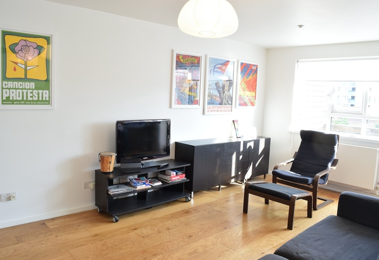 2 Bedroom Apartment With Terrace in West Kensington, London, Wohnzimmer