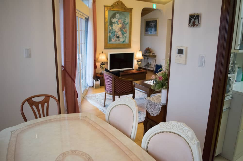 Apartment (over 5 people are charged extra fee) - Essbereich im Zimmer