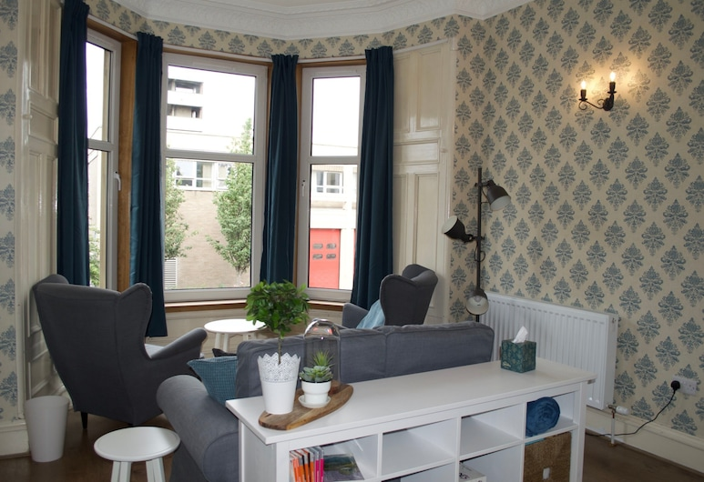 Bright 3 Bedroom Apartment in Bonnington, Edinburgh