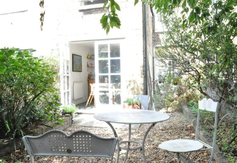 Charming 2 Bedroom House With Garden in East London, London, Balkon
